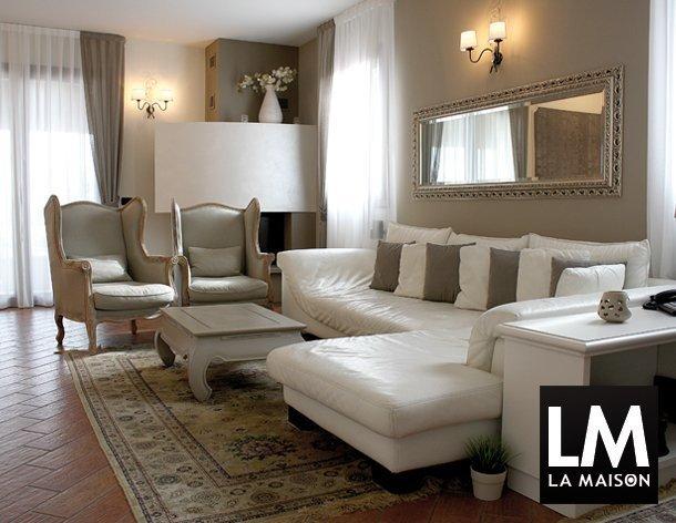 2_appartamento-shabby-chic-ldivano-bianco-poltrone-grigie-specchio-argento-pavimento-cotto-610x472