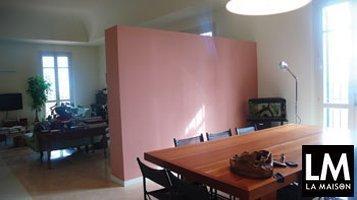 arredo-interni-risolvere-problemi-di-spazio-rimodernare-sala-pranzo-tavolo-in-legno-parete-cartongesso-soffitto-a-volta-zona-salotto