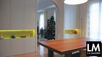 arredo-interni-risolvere-problemi-di-spazio-rimodernare-soggiorno-tavolo-in-legno-porta-ad-arco