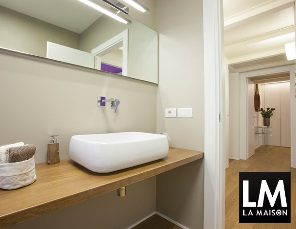 la-maison-bagno-moderno-con-pavimento-legno-chiaro-bianco-lavello ... - Bagni Moderni Legno