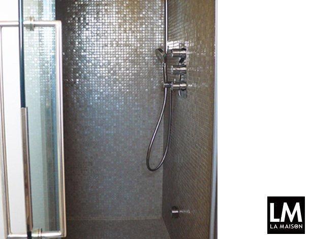 un grande mobile da bagno con il piano in vetro e le laccature in tonalit con i rivestimenti decisamente pi contenitivo e comodo della situazione ad