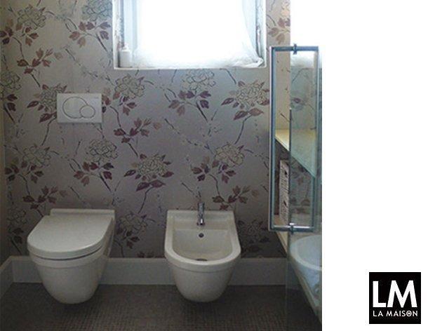 Ristrutturazione bagno rinnovare piastrelle e carta da for Carta parati vinilica bagno